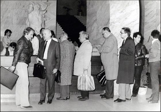 Országos Széchényi Könyvtár: A beiratkozó pultnál