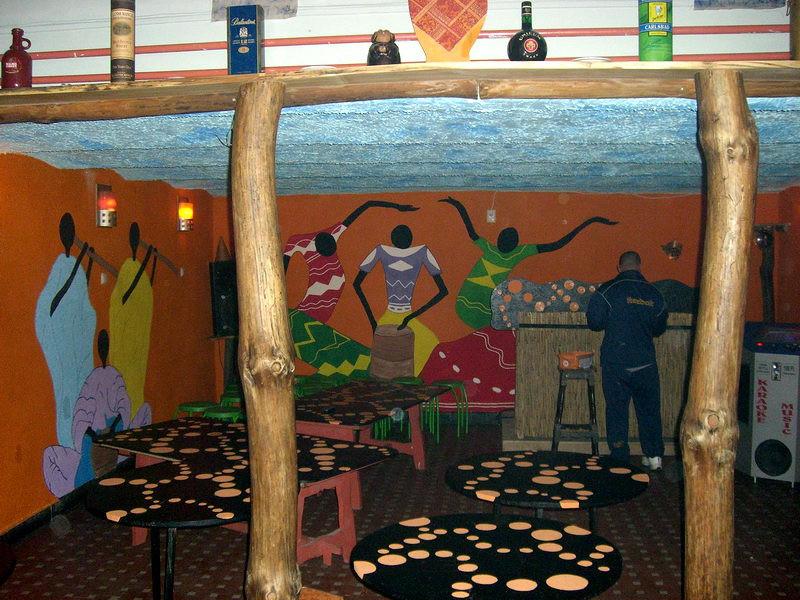 Stilizált néger zenészek ropják a falon