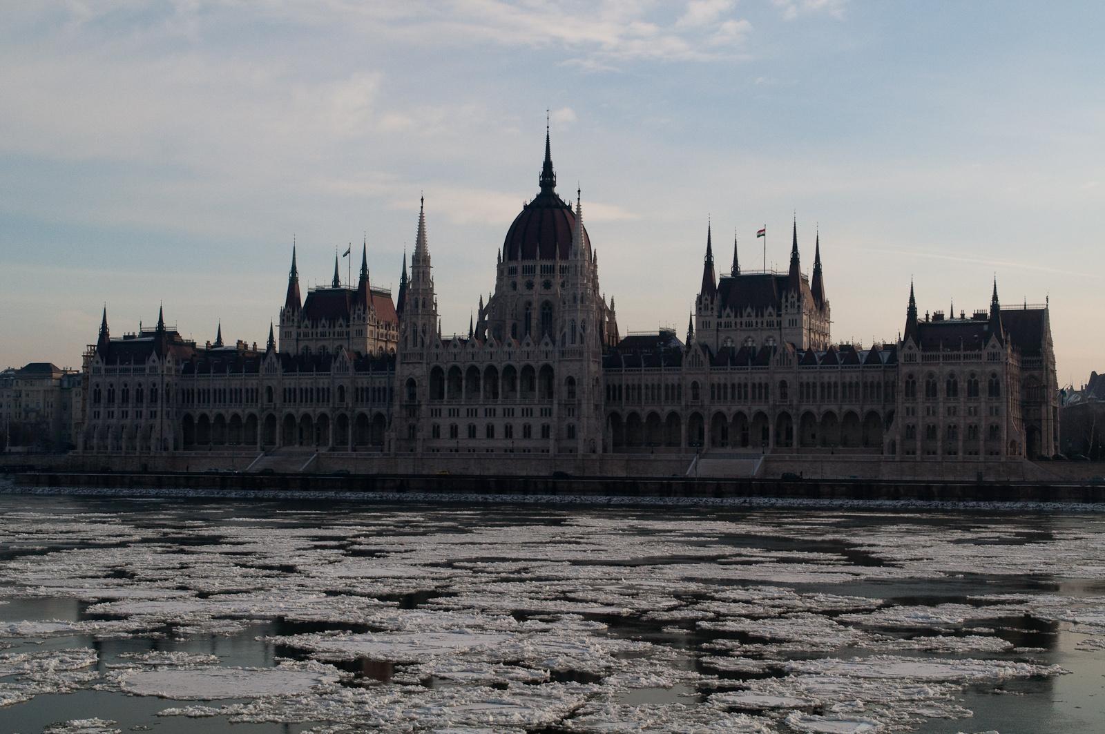 Parlament reggel