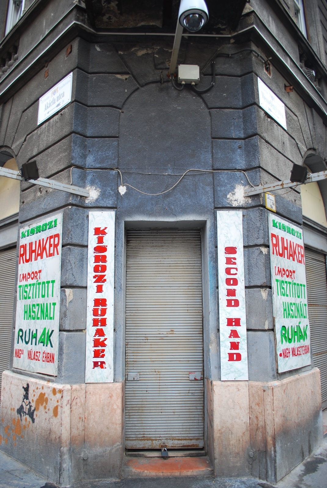 DSC 5626 Szígorúan őrzött second hand shop