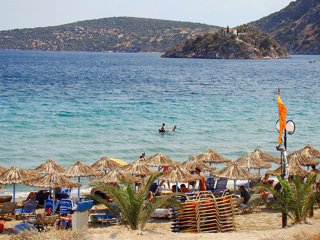 Toloi strand, a szigettel